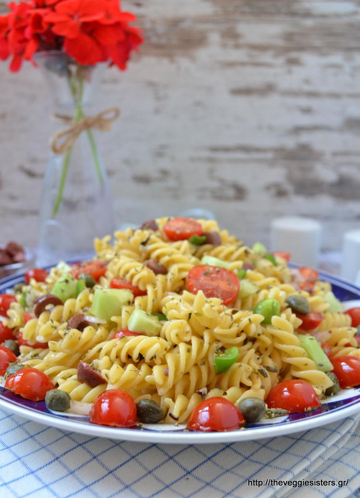 Χωριάτικη σαλάτα ζυμαρικών - Greek pasta salad