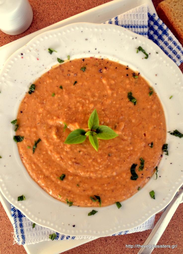 Σούπα βελουτέ με φασόλια, κανθαρέλες, ντομάτα κ βασιλικό