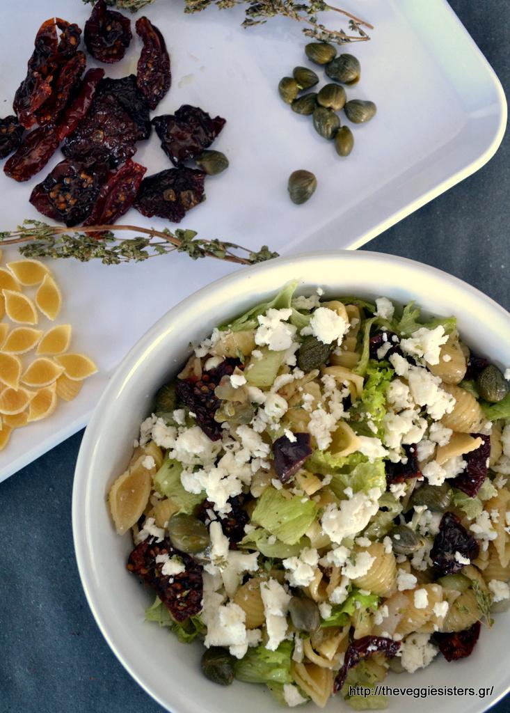 μεσογειακή σαλάτα ζυμαρικών με λιαστή ντομάτα, ελιές κ φέτα