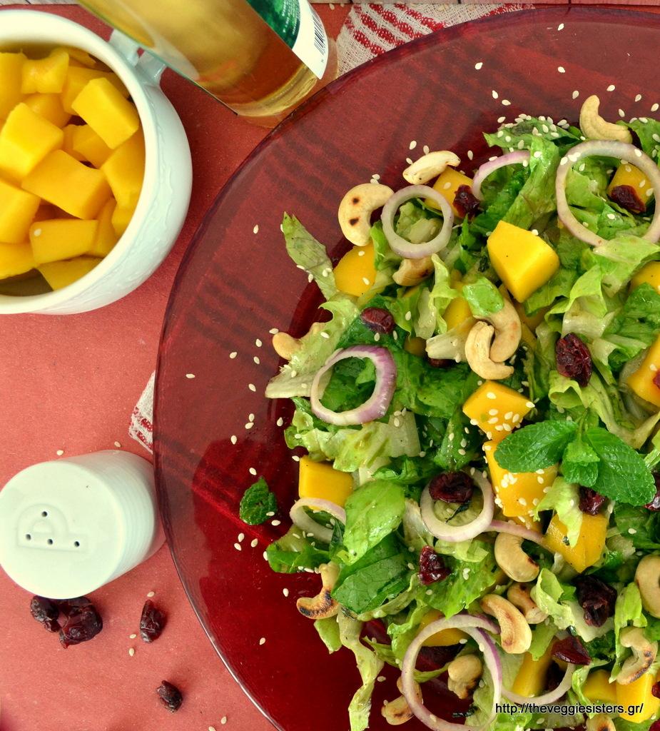 Πράσινη σαλάτα με μάνγκο, κάσιους κ κράνμπερις