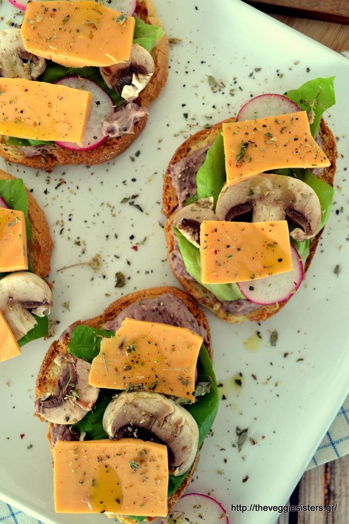 Σάντουιτς με φυτικό τυρί, λαχανικά κ χούμους από κόκκινα φασόλια κ ψητό σκόρδο
