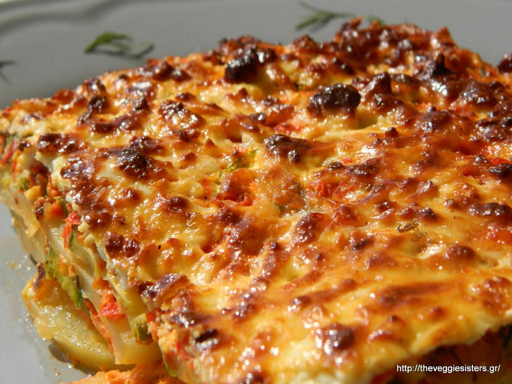 Πατάτες και κολοκύθια στον φούρνο με σάλτσα πιπεριάς