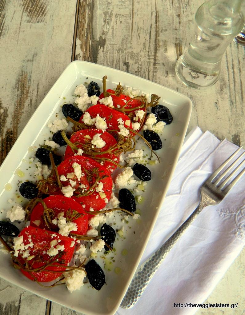 Ρεβυθοκεφτέδες με ντιπ από ταχίνι κ σαλάτα με ντομάτα, ελιές, αμπελοκορφές κ ξινομυζήθρα