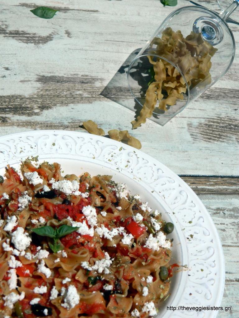 ταλιατέλες λεντινούλας με σκορδάτη σάλτσα ντομάτας, ξινομιζήθρα, ελιές