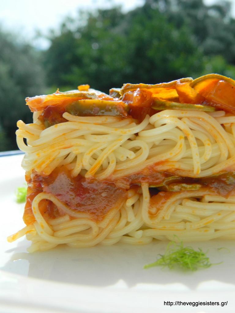 Φιδές με βασιλομανίταρα και σάλτσα ντομάτας με Vinsanto