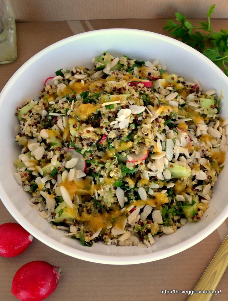 Αρωματική σαλάτα με κινόα, λαχανικά κ σκορδάτη σάλτσα μουστάρδας