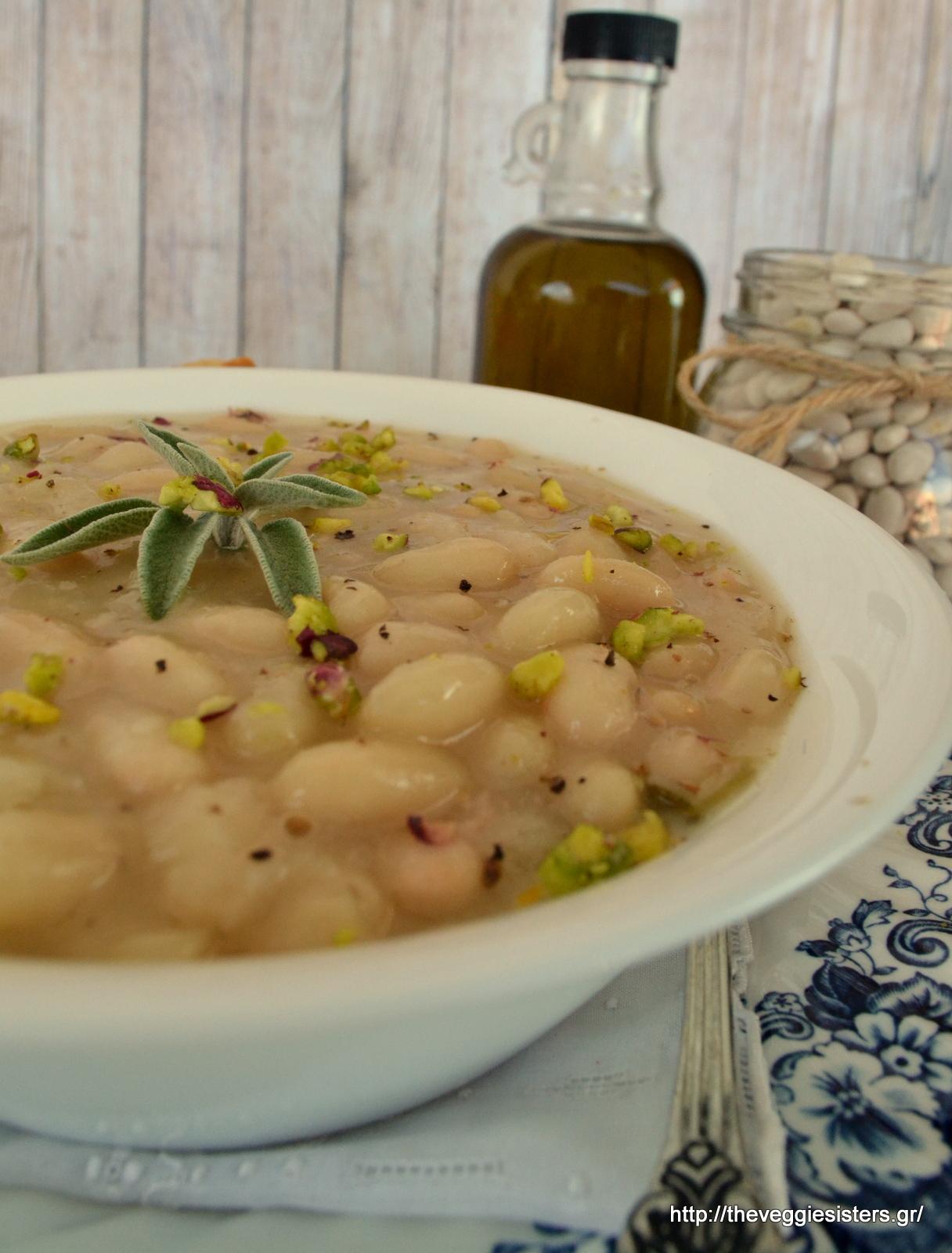 Λεμονάτη σούπα με φασόλια, φασκόμηλο κ φιστίκι Αιγίνης