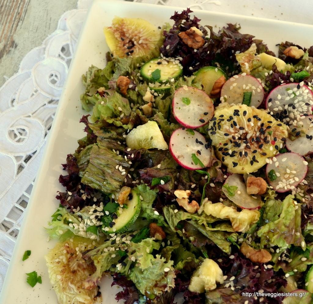 Πράσινη σαλάτα με φρέσκα σύκα κ καρύδια