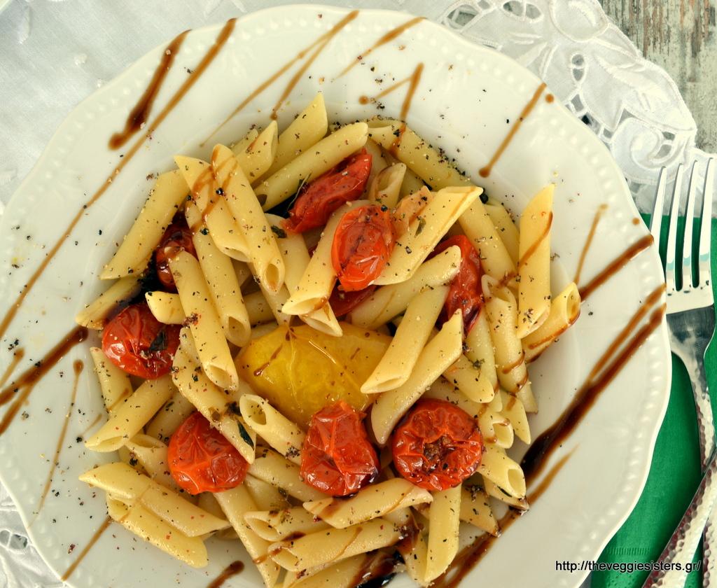Πένες με ψητά ντοματίνια κ μπαλσάμικο κ πράσινη τραγανιστή σαλάτα με μανιτάρια κ σως μουστάρδας