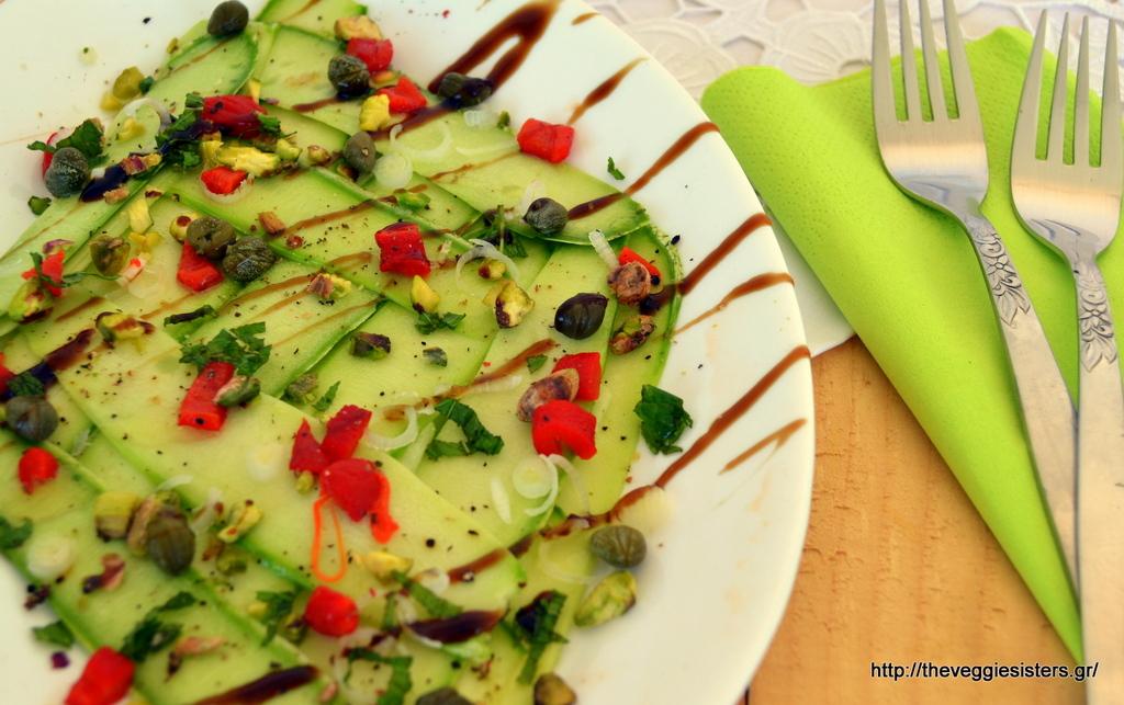 Δροσιστική σαλάτα κολοκυθιού με πιπεριά φλωρίνης κ κάπαρη