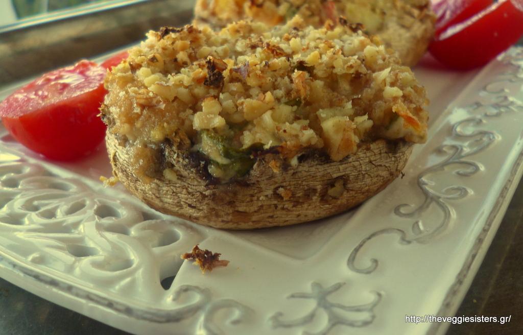 Γεμιστά πορτομπέλο με κατίκι, λαχανικά κ κρούστα καρυδιού