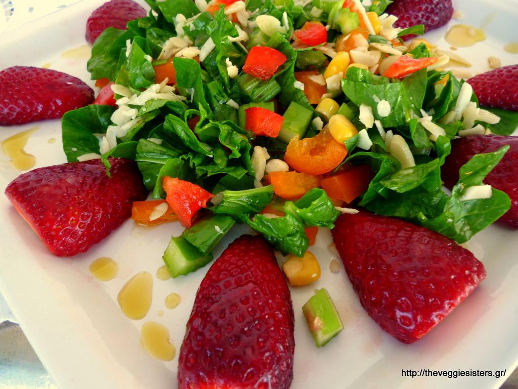 Πολύχρωμη σαλάτα με φράουλες