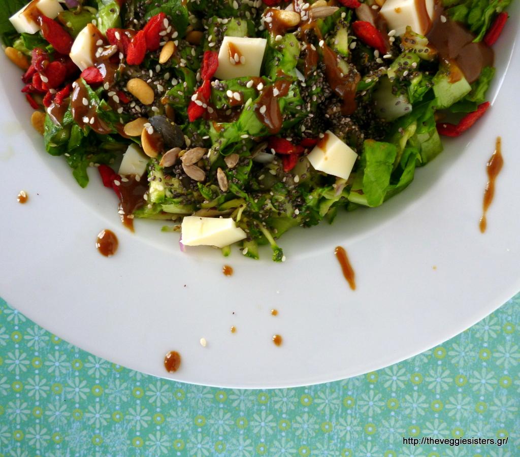 Πράσινη σαλάτα με υπερτροφές, vegan μοτσαρέλλα και σως πετιμεζιού