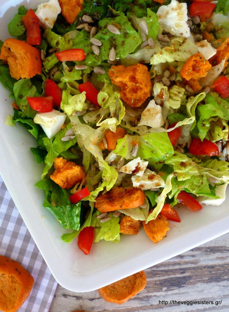 πατατοσαλάτα με αγκινάρα σκορδαλιά κ πράσινη σαλάτα με ντοματένιο παξιμάδι κ χλωρό τυρί