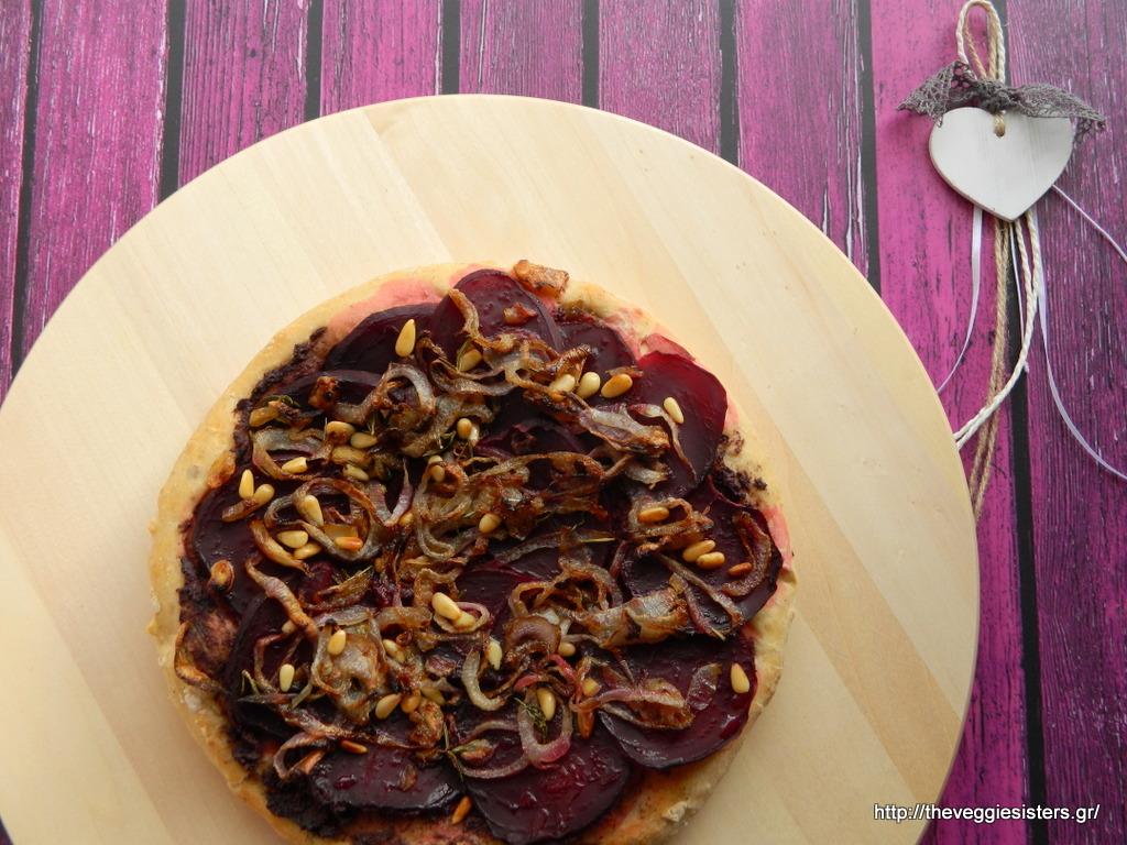 Νηστίσιμη πίτσα με παντζάρια, πατέ ελιάς κ καραμελωμένα κρεμμύδια