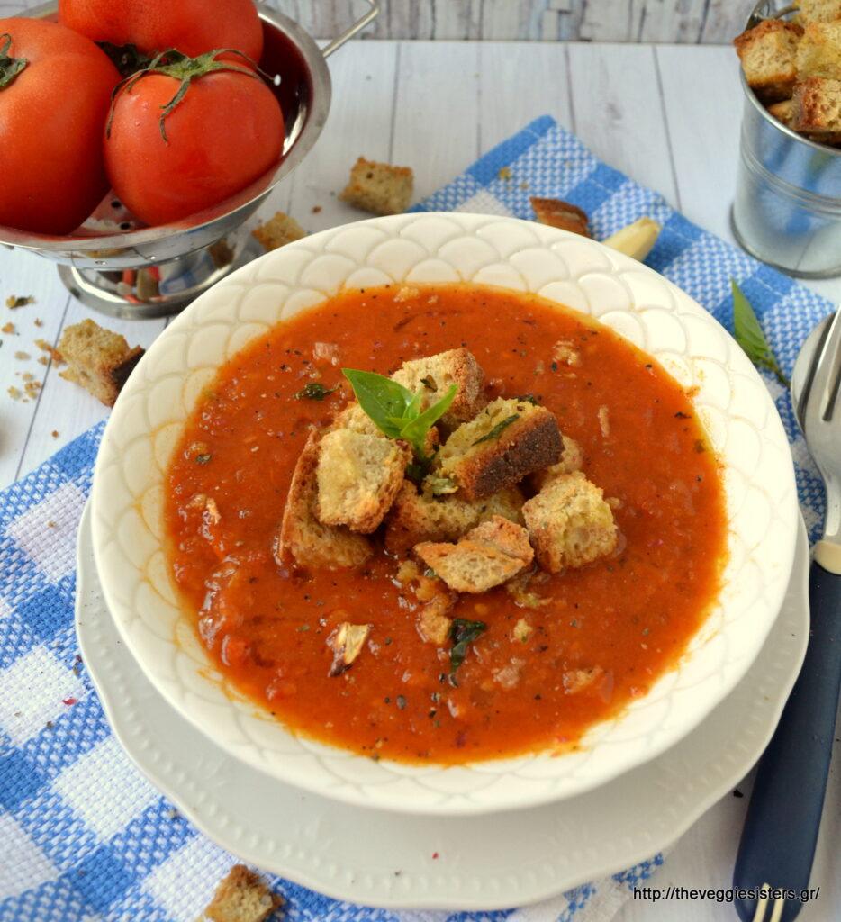 Βελουτέ σούπα με ψητές ντομάτες και βασιλικό