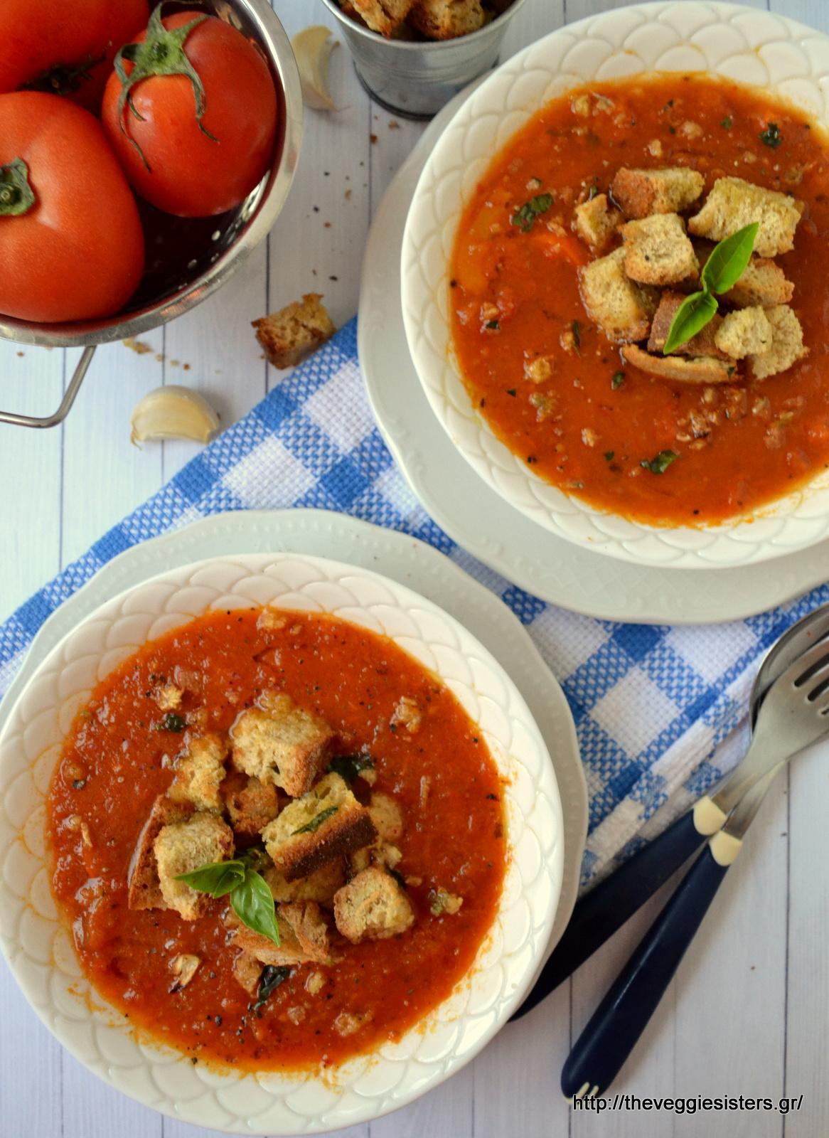 Βελουτέ σούπα με ψητές ντομάτες, βασιλικό κ σκορδάτα κρουτόν - Creamy basil roasted tomato soup with garlicky croutons