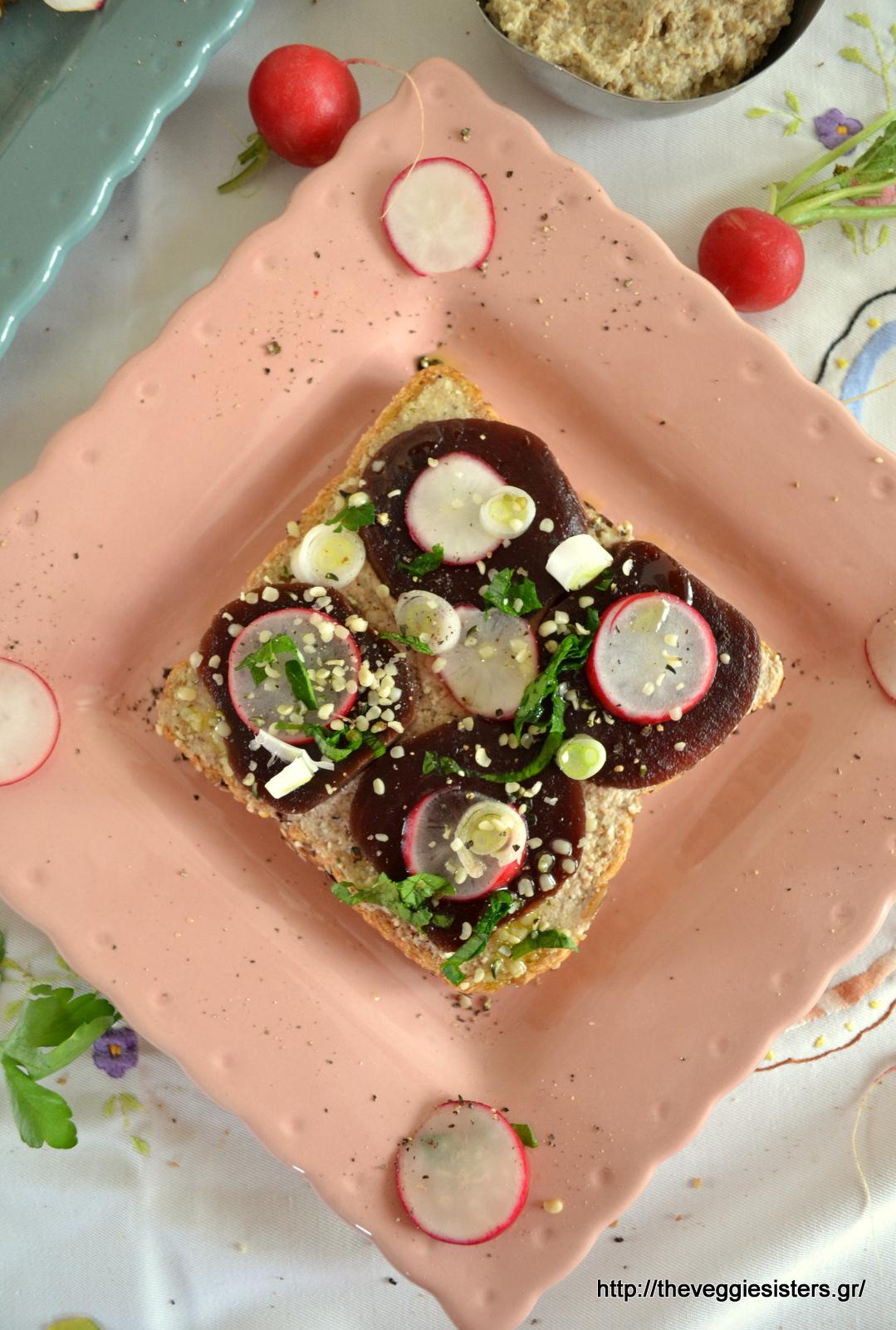 Ανοιχτό σάντουιτς με σκορδάτο άλειμμα και παντζάρια