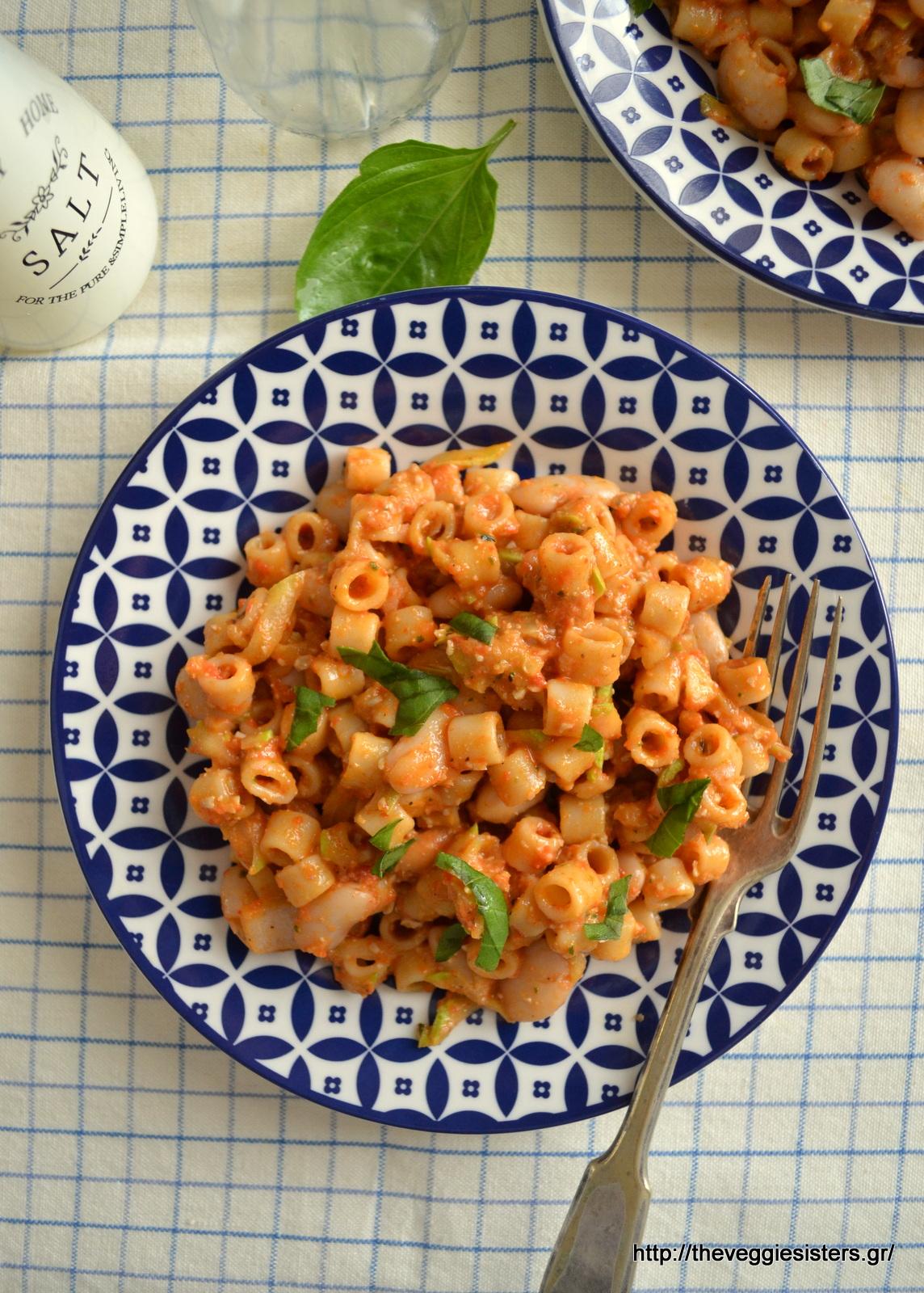 Σαλάτα ζυμαρικών με φασόλια και πέστο κόκκινης πιπεριάς