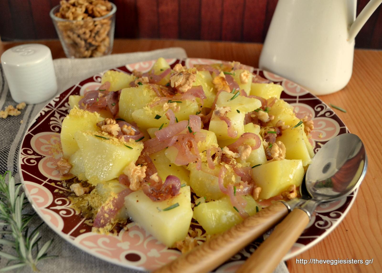 Πατατοσαλάτα με καραμελωμένα κρεμμύδια και καρύδι